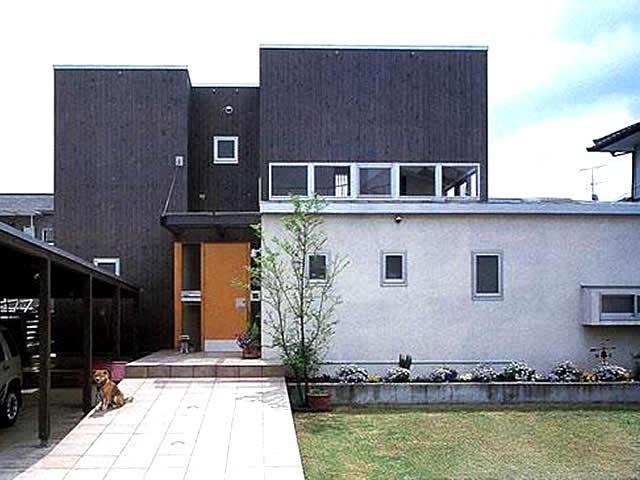 黒く塗った檜張りの外観